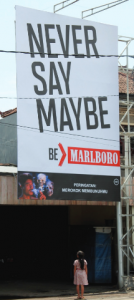 Une enfant et une affiche Marlboro en Indonésie