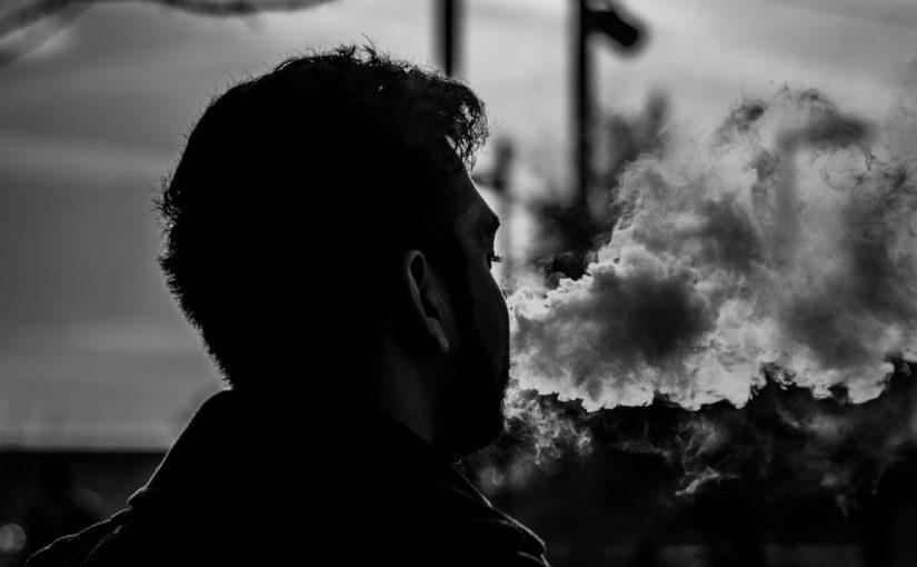 Vapofumer est risqué ? On vous dit tout sur le phénomène des vapofumeurs