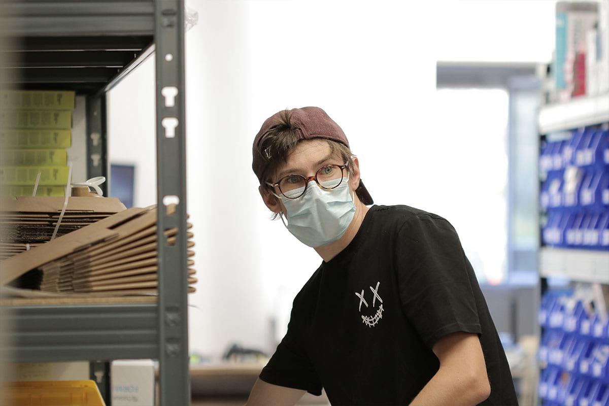 Alexys en train de travailler en logistique