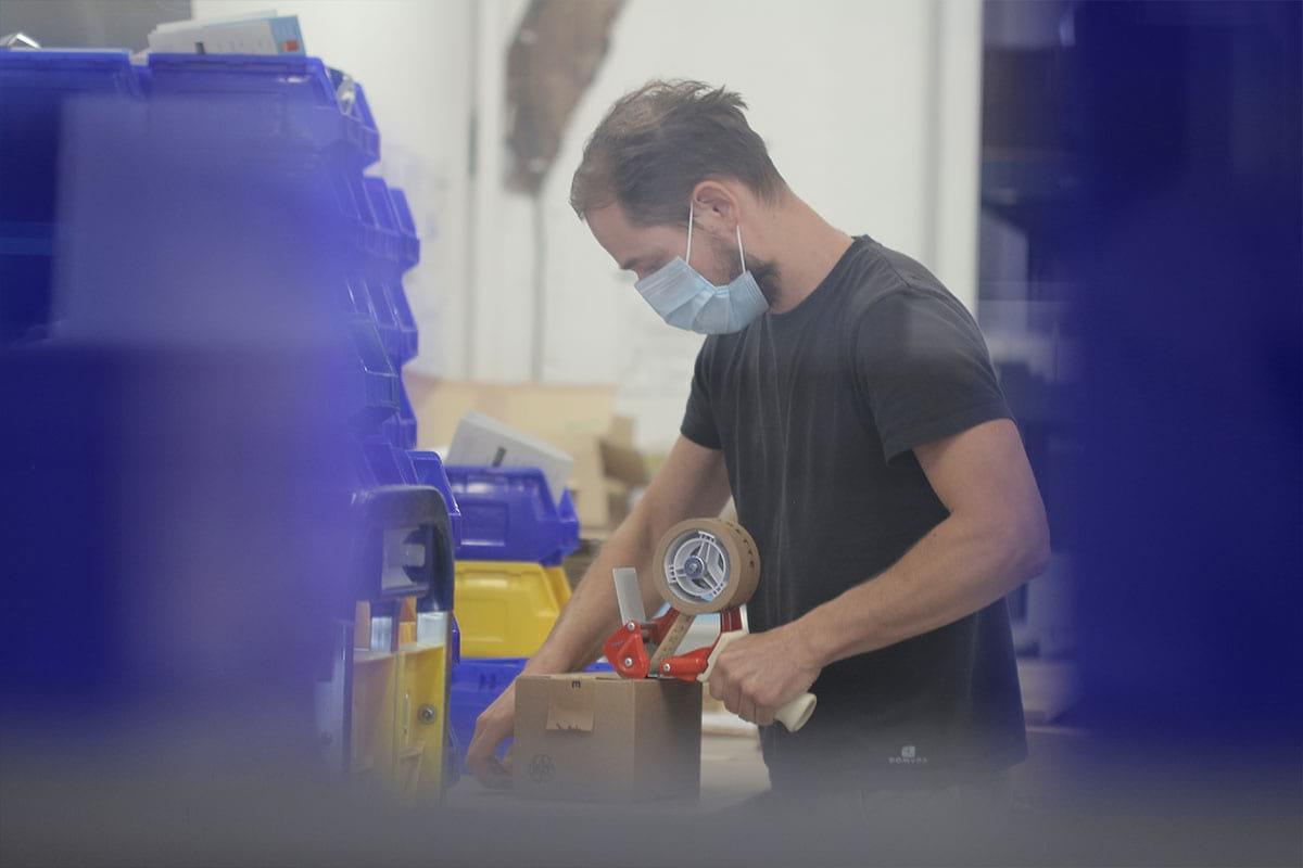 Nicolas en train de travailler en logistique