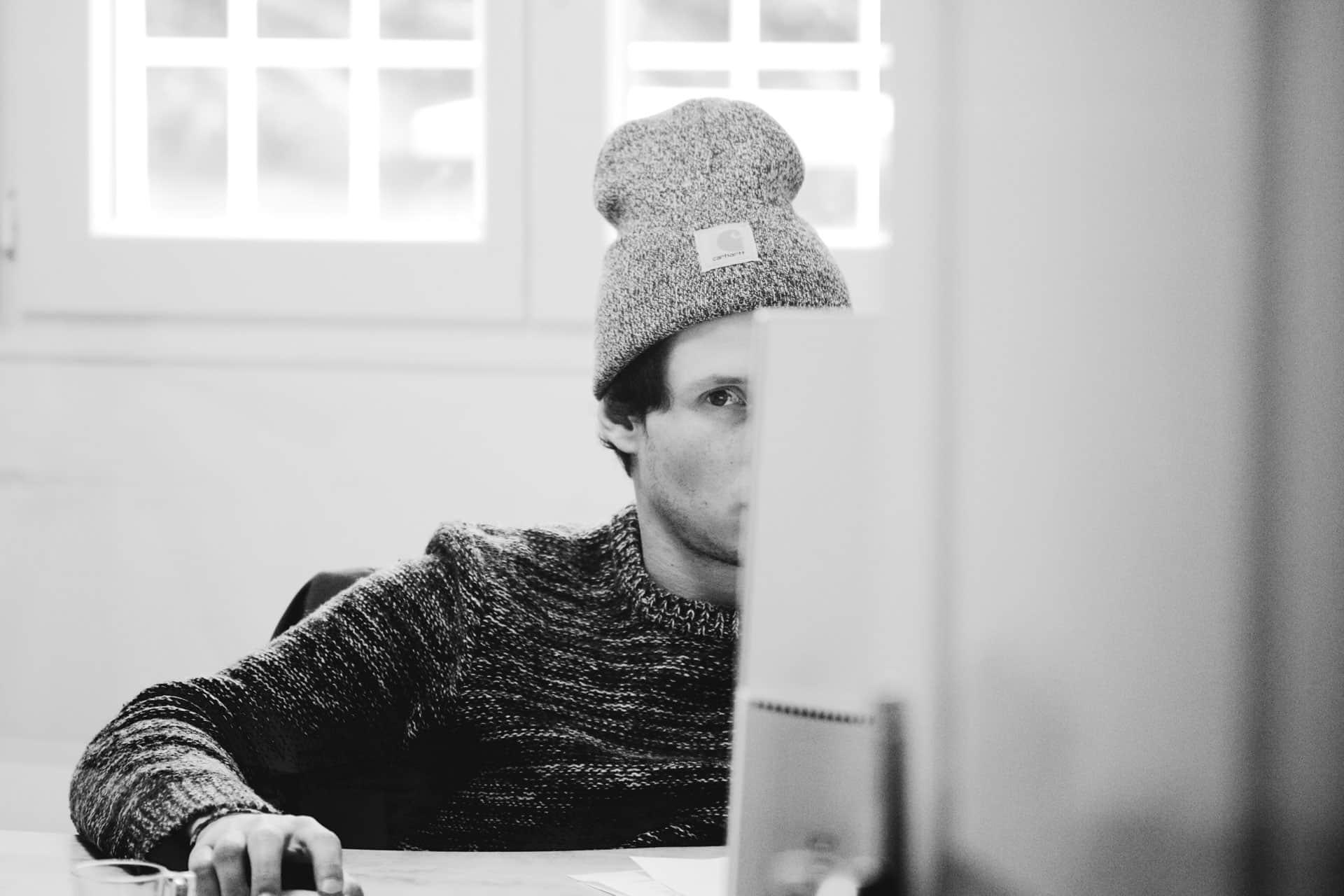 Thibaud en train de travailler est distrait par le photographe