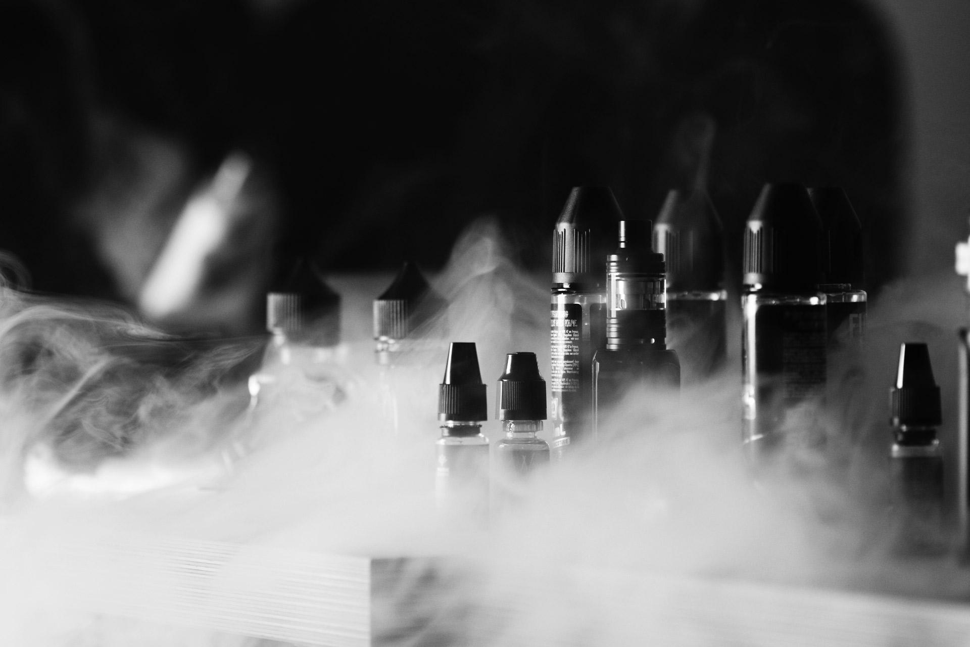 Vape dans le bureau - Photographie artistique en noir et blanc